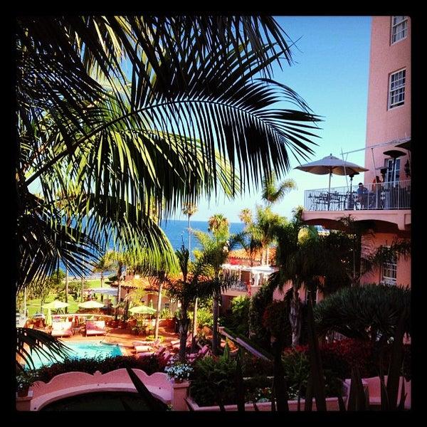 Снимок сделан в La Valencia Hotel пользователем Billy H. 7/26/2012