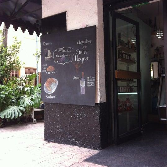 รูปภาพถ่ายที่ Deli LOU โดย Silene R. เมื่อ 5/24/2012