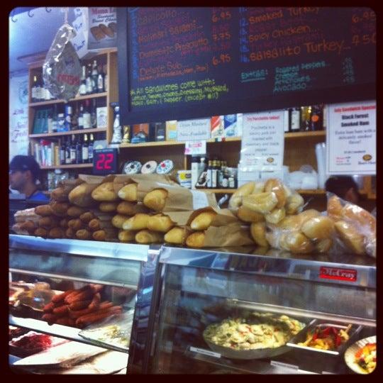 Das Foto wurde bei Mona Lisa Italian Restaurant von Shane H. am 7/8/2012 aufgenommen