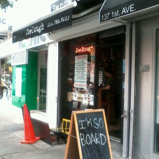 Foto tirada no(a) JoeDough Sandwich Shop por Smart A. em 7/14/2012