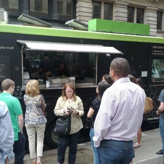 6/13/2012 tarihinde Dan Z.ziyaretçi tarafından Taïm Mobile Falafel & Smoothie Truck'de çekilen fotoğraf