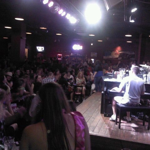 Das Foto wurde bei Shout House Dueling Pianos von Jim S. am 8/19/2012 aufgenommen