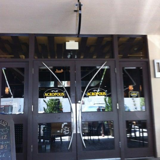 Foto tirada no(a) Acropolis Greek Taverna por Lisa A. em 5/26/2012