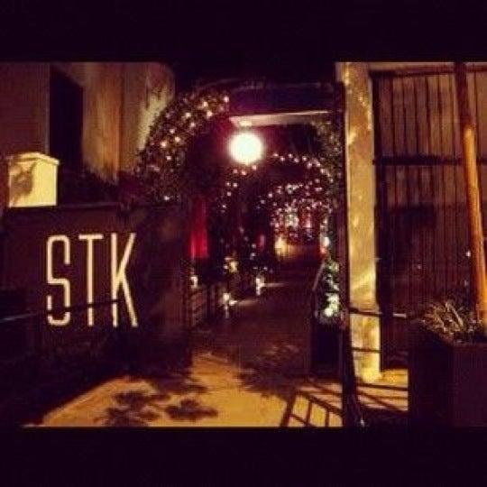Das Foto wurde bei STK LA von Keshia A. am 2/10/2012 aufgenommen