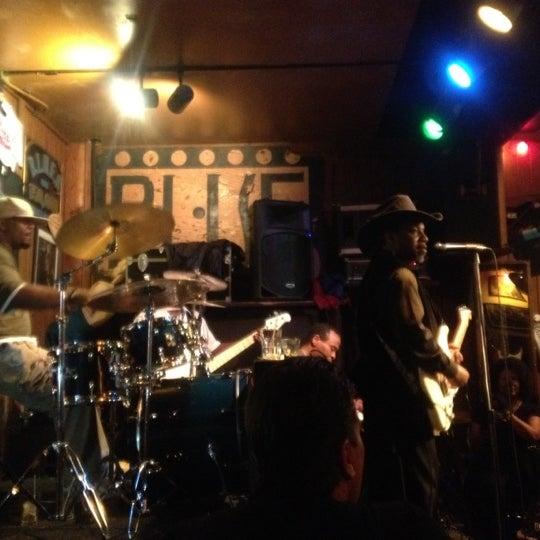 4/22/2012 tarihinde Bo B.ziyaretçi tarafından B.L.U.E.S.'de çekilen fotoğraf