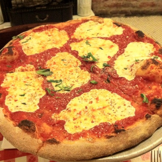 Das Foto wurde bei Lombardi's Coal Oven Pizza von Brad L. am 6/11/2012 aufgenommen