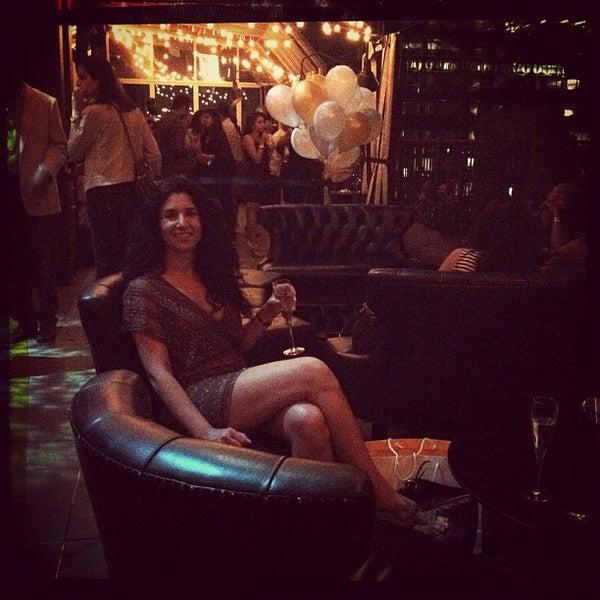 รูปภาพถ่ายที่ Upstairs โดย Mary Elise Chavez เมื่อ 8/26/2012
