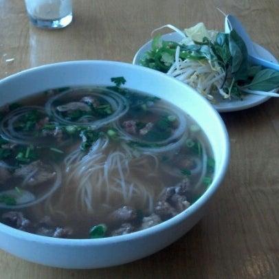 รูปภาพถ่ายที่ Ngon Vietnamese Bistro โดย Daniel Glen M. เมื่อ 7/16/2012