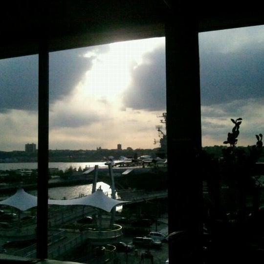 Foto tirada no(a) Hudson Terrace por Vicky em 4/24/2012