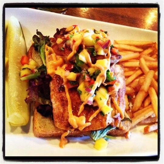 Das Foto wurde bei Opal Bar & Restaurant von Krissy M. am 2/26/2012 aufgenommen