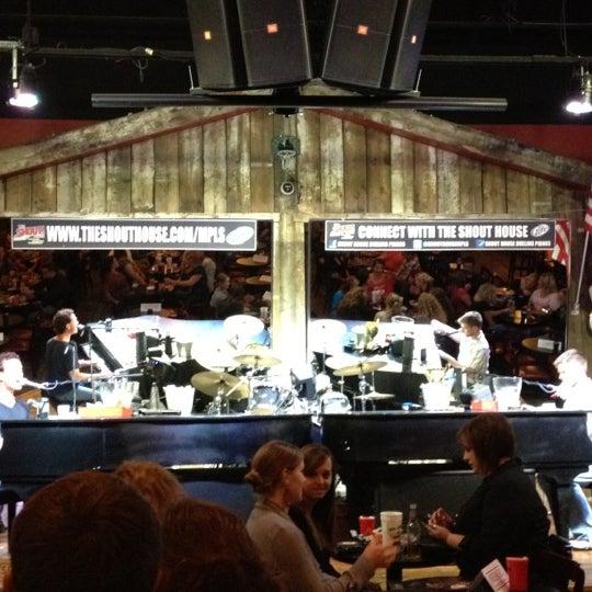 Das Foto wurde bei Shout House Dueling Pianos von Thomas O. am 9/8/2012 aufgenommen