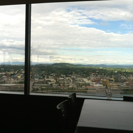 Foto tomada en Portland City Grill por Marq-Ed S. el 6/17/2012