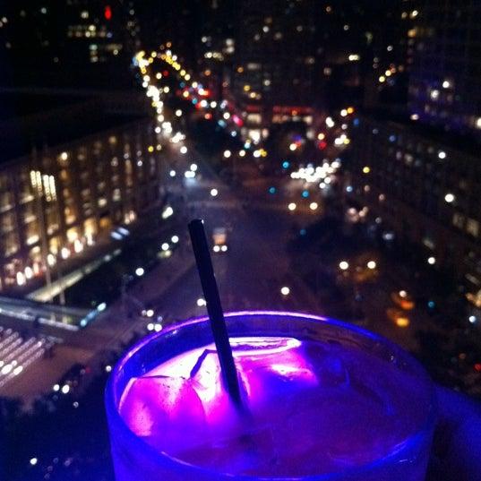 Foto tirada no(a) The Empire Hotel Rooftop por Vikas B. em 5/19/2012