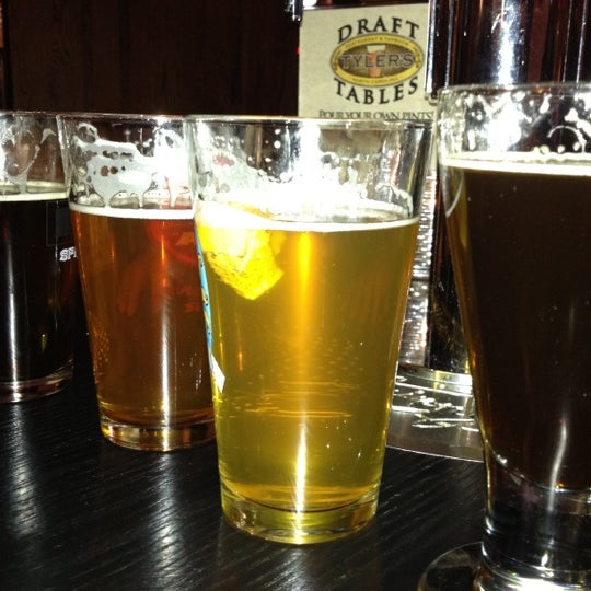 รูปภาพถ่ายที่ Tyler's Restaurant & Taproom โดย Blake H. เมื่อ 4/14/2012