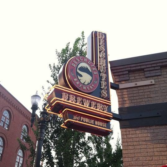 Foto tomada en Deschutes Brewery Portland Public House por Emery el 8/19/2012