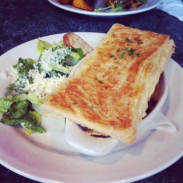 Foto diambil di Subeez Cafe Restaurant Bar oleh Joey K. pada 4/9/2012