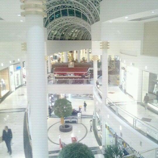 Foto tirada no(a) Shopping Crystal por Gabriel G. em 5/8/2012