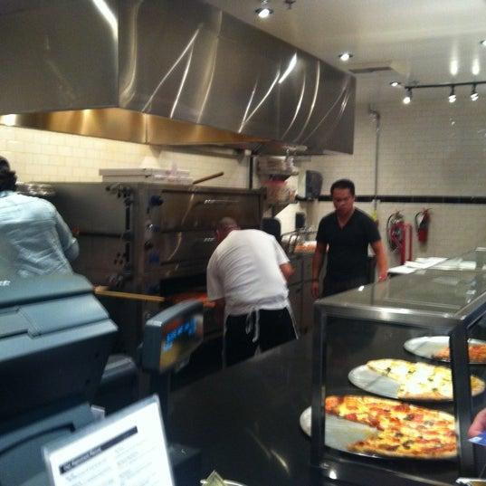 Снимок сделан в Pop Up Pizza пользователем Ken B. 7/24/2012