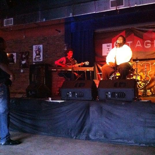 รูปภาพถ่ายที่ The Stage โดย Brian L. เมื่อ 3/6/2012
