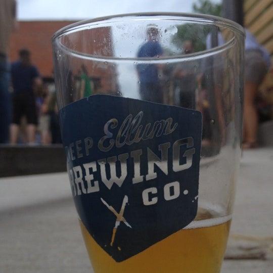 Photo prise au Deep Ellum Brewing Company par Rebecca M. le4/15/2012