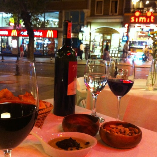 รูปภาพถ่ายที่ Faros Old City โดย Nadia เมื่อ 9/4/2012
