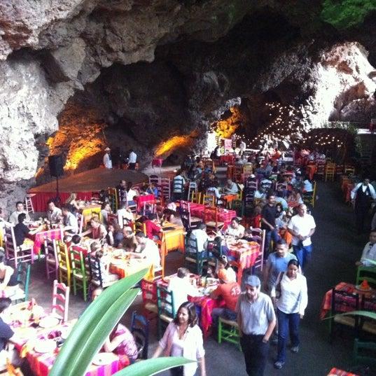 Foto tomada en La Gruta Restaurant por Tamy B. el 9/8/2012