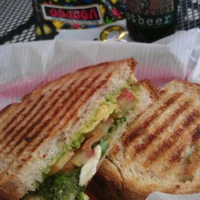 รูปภาพถ่ายที่ Fricano's Deli & Catering โดย Laci L. เมื่อ 4/14/2012