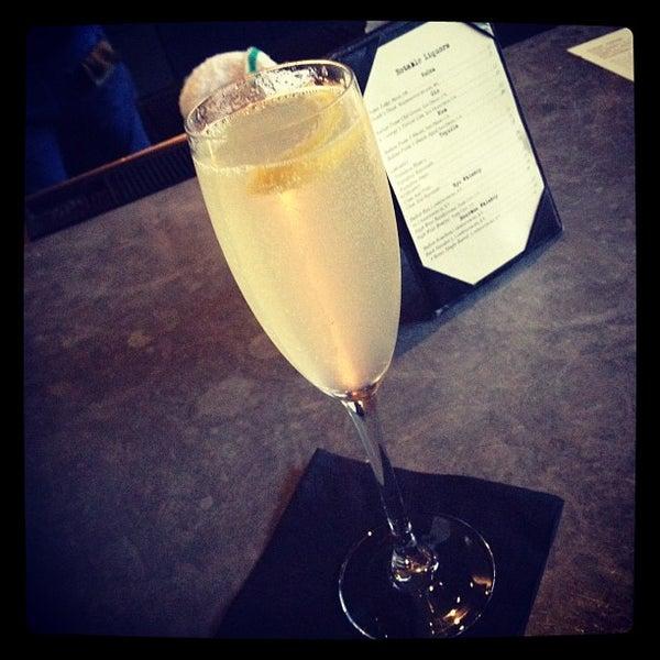 รูปภาพถ่ายที่ Bankers Hill Bar & Restaurant โดย Annie N. เมื่อ 6/8/2012