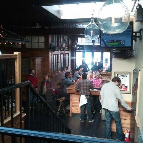 3/10/2012 tarihinde Kim P.ziyaretçi tarafından Two Door Tavern'de çekilen fotoğraf