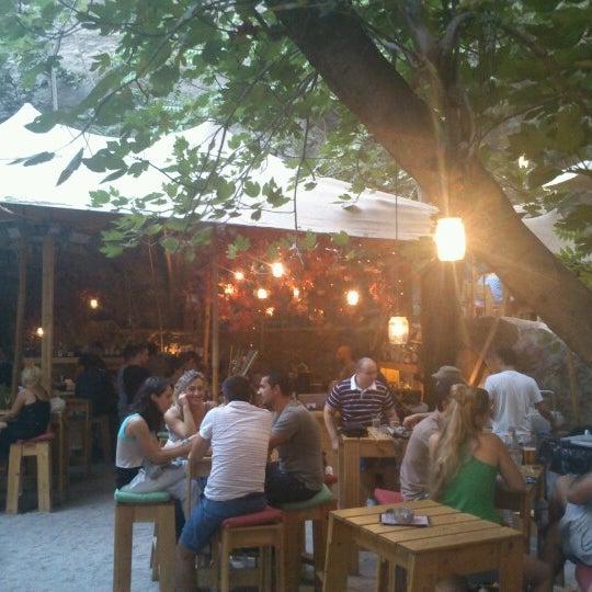 7/28/2012 tarihinde Giorgos K.ziyaretçi tarafından six d.o.g.s'de çekilen fotoğraf