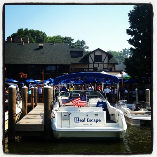 Foto tomada en Lord Fletcher's Old Lake Lodge por Nadine B. el 7/5/2012
