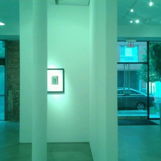 Photo prise au Bruce Silverstein Gallery par Lizzy S. le6/22/2012