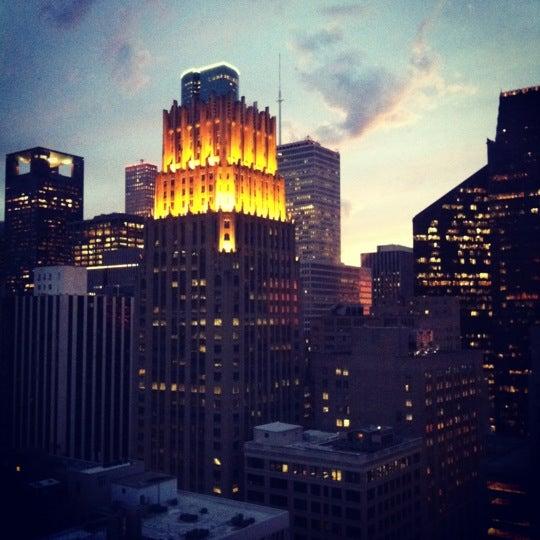 Снимок сделан в Magnolia Hotel пользователем Irais P. 2/25/2012