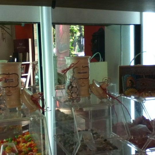 Foto tomada en Remedios Mágicos Botica Condesa por Ariana R. el 5/8/2012