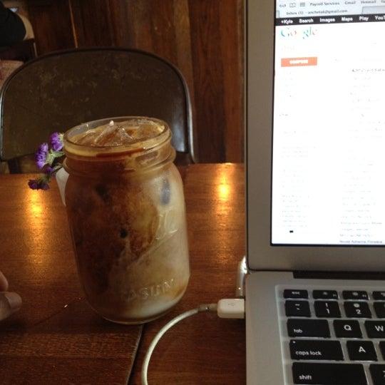 รูปภาพถ่ายที่ The West—Coffeehouse & Bar โดย The Maharlikans เมื่อ 5/29/2012