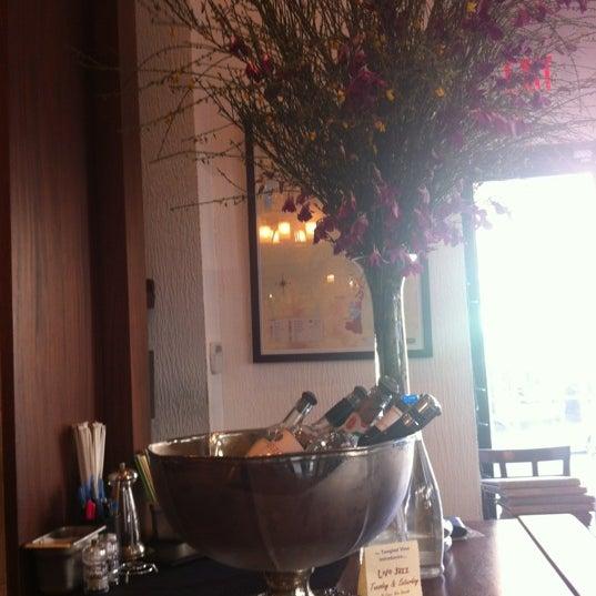 รูปภาพถ่ายที่ The Tangled Vine Wine Bar & Kitchen โดย Margaret L. เมื่อ 5/6/2012