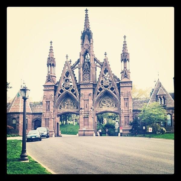 Foto tomada en Green-Wood Cemetery por Nick J. el 4/15/2012