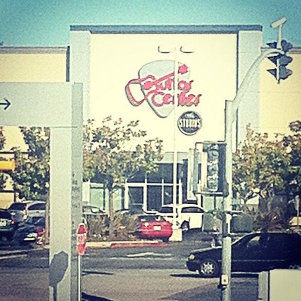 Foto tomada en Hillsdale Shopping Center por Andy S. el 6/29/2012