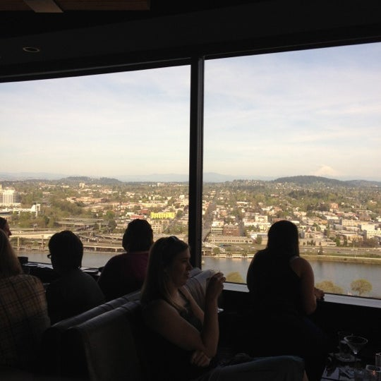 Foto tomada en Portland City Grill por Nicholass B. el 4/23/2012