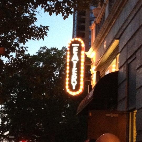 6/3/2012 tarihinde Ashley H.ziyaretçi tarafından Urban Eatery'de çekilen fotoğraf