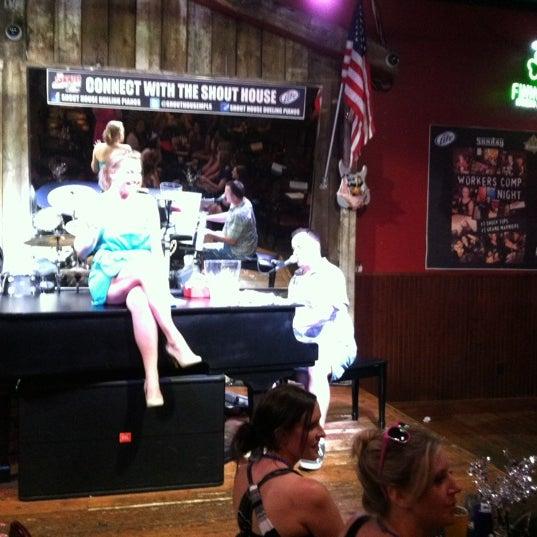 Das Foto wurde bei Shout House Dueling Pianos von Kristen G. am 6/9/2012 aufgenommen
