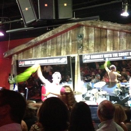 Das Foto wurde bei Shout House Dueling Pianos von Liana Z. am 7/12/2012 aufgenommen