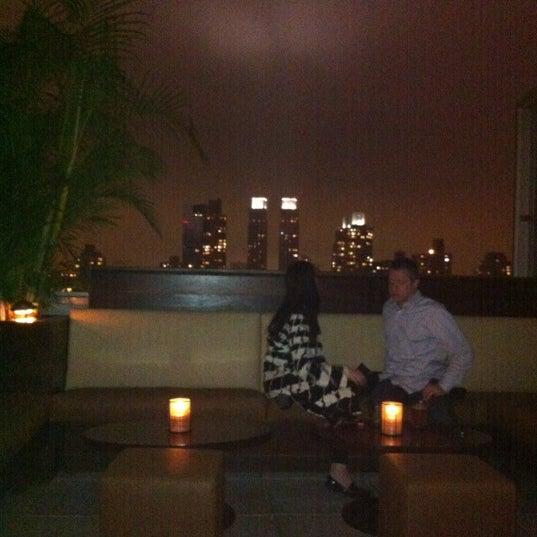 Снимок сделан в The Empire Hotel Rooftop пользователем Amith N. 5/6/2012