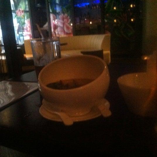 Photo prise au HaChi Restaurant & Lounge par Richard B. le8/9/2012