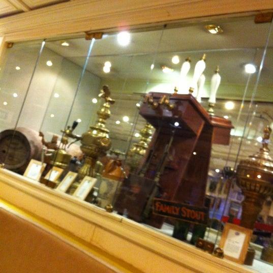 รูปภาพถ่ายที่ La Fabrica Museo de La Cerveza โดย David H. เมื่อ 4/8/2012