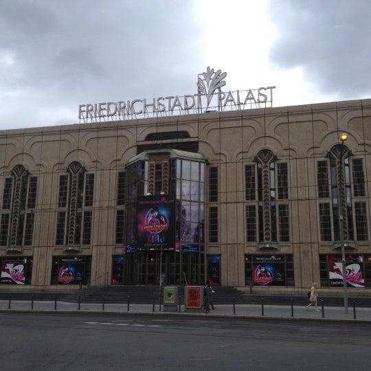 Das Foto wurde bei Friedrichstadt-Palast von Lauris B. am 7/13/2012 aufgenommen