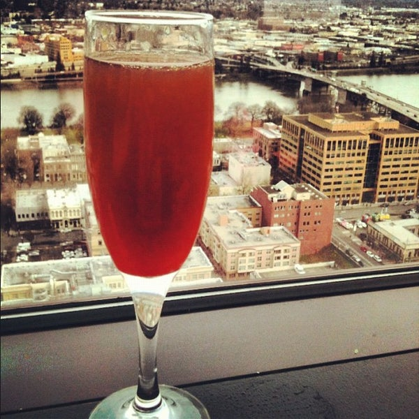 Foto tomada en Portland City Grill por Doniree W. el 3/13/2012