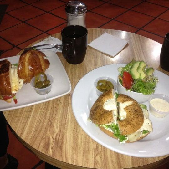 Das Foto wurde bei Kofetárica Café von Ann a. am 8/25/2012 aufgenommen