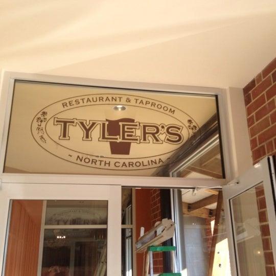 รูปภาพถ่ายที่ Tyler's Restaurant & Taproom โดย Sun P. เมื่อ 2/3/2012