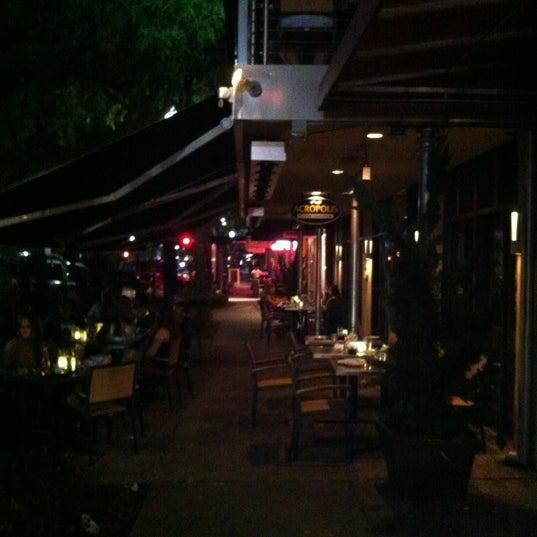 Foto tirada no(a) Acropolis Greek Taverna por Desmond C. em 6/10/2012